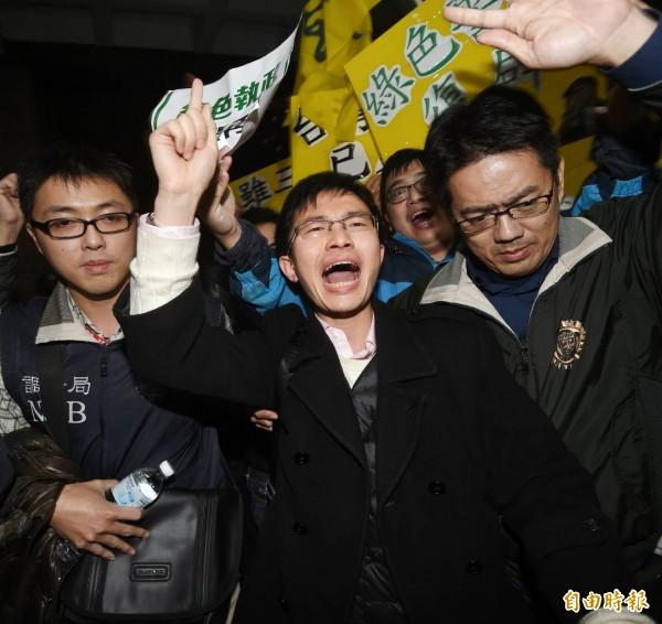侯漢廷(中)至台北地檢署複訊。(記者方賓照攝)