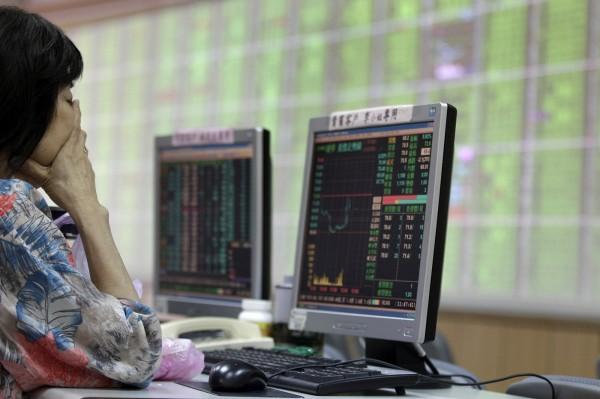 台股今日開高,不過隨即又因賣壓出籠而走跌。(路透資料照)