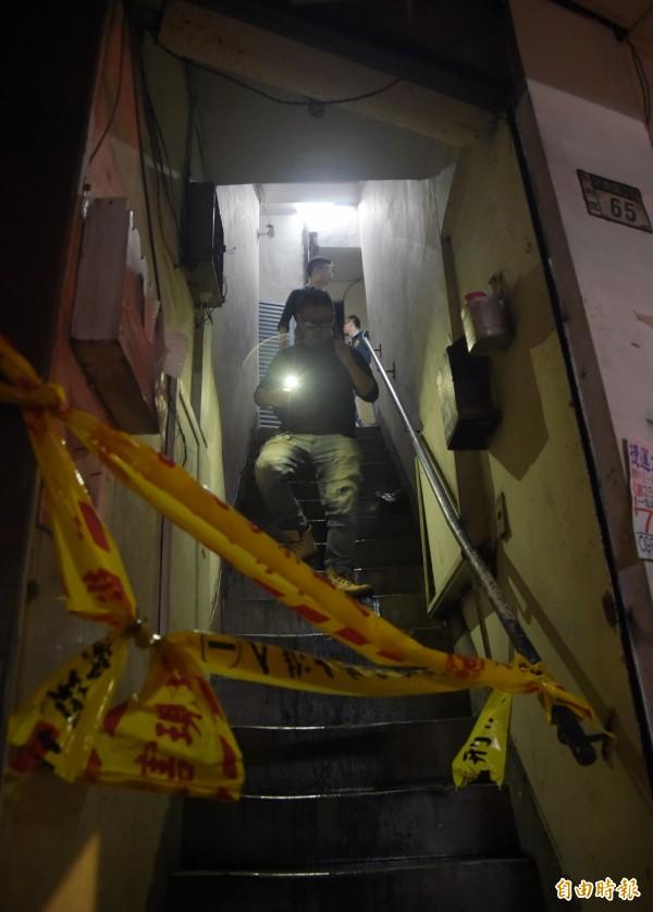 現場已進行封鎖,鑑識人員在封鎖線內採證。(記者黃耀徵攝)