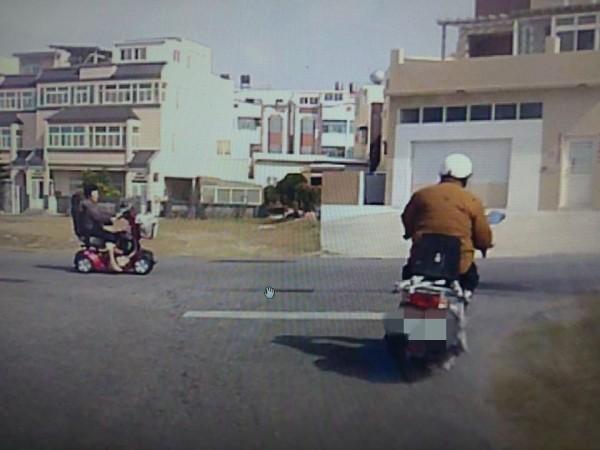 胡姓嫌疑人用機車載運電視丟棄在三軍總醫院澎湖分院產業道路,影像被路邊監視器拍到。(澎湖環保稽查小組提供)
