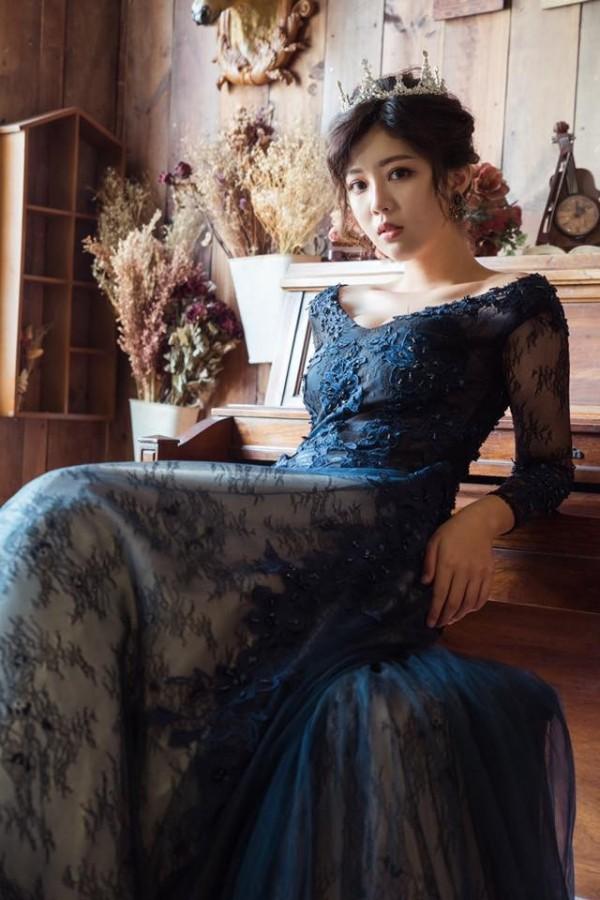 身為外拍模特兒,除了軍裝、泳裝外,帶有古典美的婚紗照也駕馭得非常好。(圖擷自臉書)