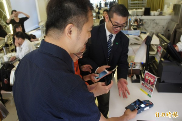 部分7-ELEVEN門市已可以使用Apple Pay和Samsung Pay,但初期只限綁定國泰世華信用卡。示意圖。(資料照,記者黃建豪攝)