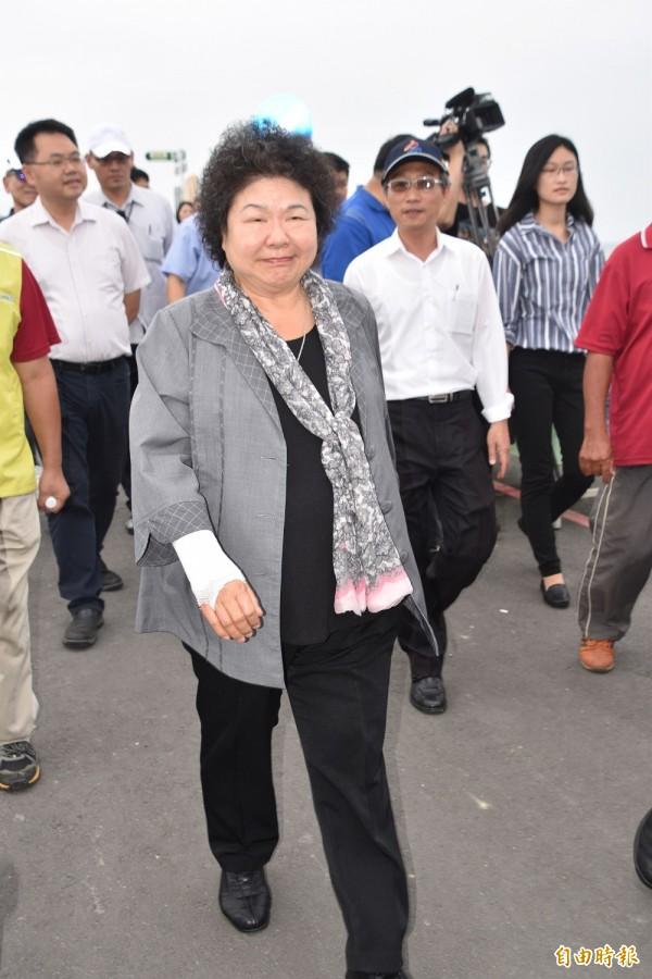 高雄市長陳菊搬書不小心,把右手肘給弄受傷了。(記者蘇福男攝)