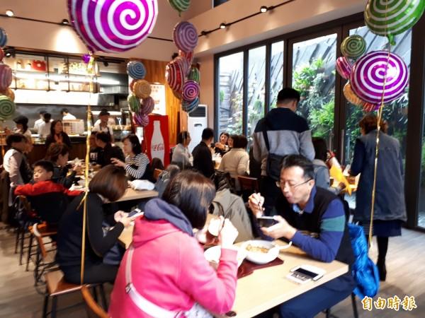 新竹市「禮面作」麵食館推出各種麵食,每到用餐時間,都座無虛席。(記者洪美秀攝)