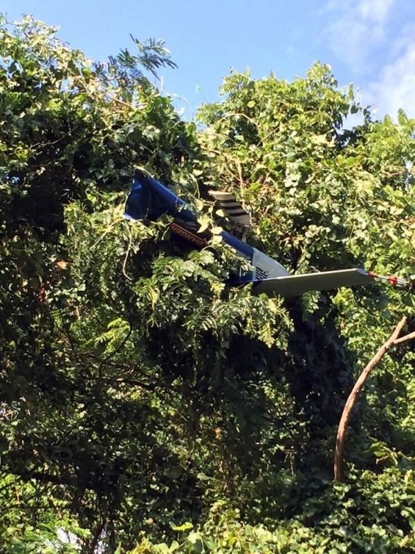 夏洛特維爾市西南方約11公里處,一架警用直升機墜毀。(圖擷取自推特)