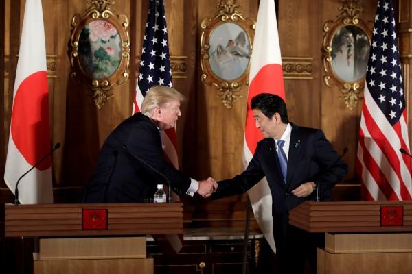 美國總統川普與日本首相安倍晉三,將於17日、18日在美國進行雙邊會談,圖為2人在去年11月在東京會面的資料畫面。(路透)
