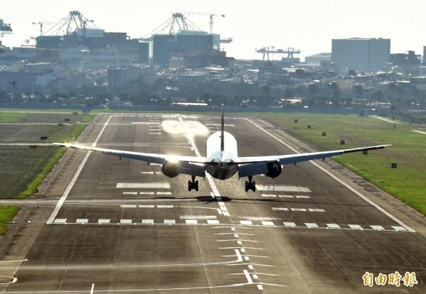 一名航管員錯把航道下方一顆「閃爍的星星」,看成入侵機場的無人機,因此小港機場約有40分鐘所有班機暫停起降,圖與新聞無關。(記者張忠義攝)