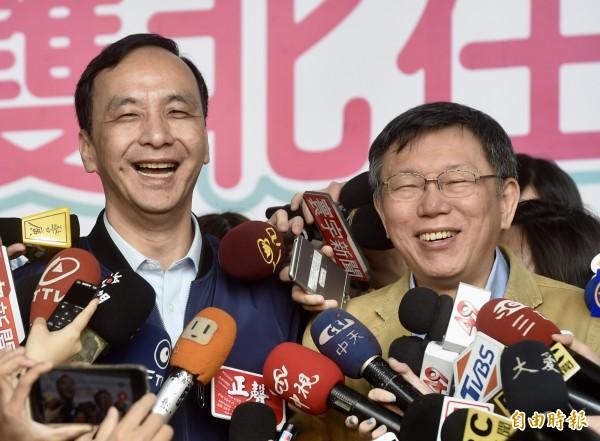 台北市長柯文哲(右)、新北市長朱立倫(左)12日出席公共運輸定期票發行記者會,會後接受媒體訪問。(記者簡榮豐攝)