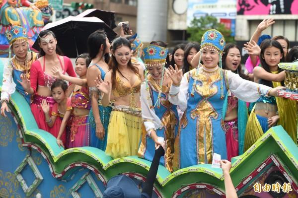 812世大運妝遊嘉年華踩街活動12日在台北東區街頭登場。(記者廖振輝攝)