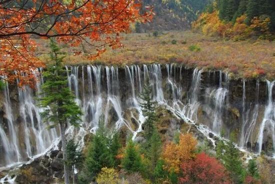 諾日朗瀑布曾被評選為中國最美的六大瀑布之一。(圖擷取自網易新聞)