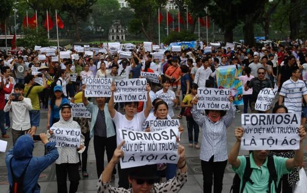 越南民眾五一上街抗議海洋汙染事件。(法新社,資料照)