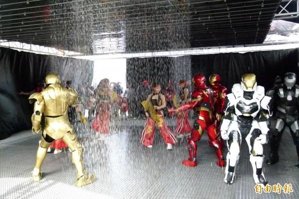 高科技雨屋現身嘉義,讓人體驗淋不濕身。(記者蔡宗勳攝)