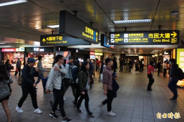 台鐵明年元旦到站需10分鐘內出站,否則將加收15元的新制度,台鐵局今日著手檢討,確定不實施。(資料照,記者黃建豪攝)