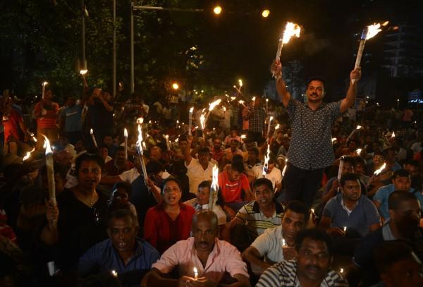 示威者拿著蠟燭走上街頭,抗議政府貪腐嚴重、出賣領土跟擅自推遲地方議會選舉,示威遊行在當地的幾條主要的街道進行,最後聚集在總統府的附近靜坐示威。(法新社)