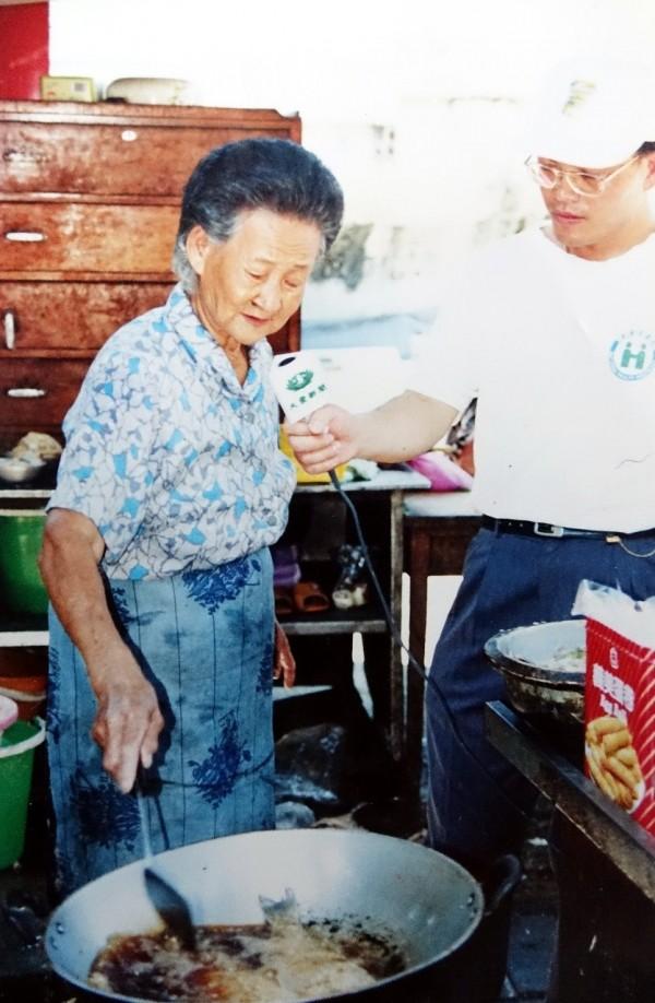 莊朱玉女在高市公園路橋下賣了五十年「十元自助餐」,被評為「清苦人的守護者」。(記者黃佳琳翻攝)