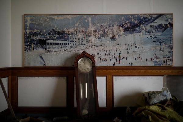從牆上的舊海報可以看出這裡曾經有許多人歡樂遊玩的時光。(法新社)