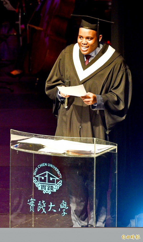 Prince Buhlebenkhosi Dlamini, son of King Mswati III of Eswatini, delivers the valedictory address at the Shih Chien University graduation ceremony in Taipei yesterday. Photo: Peter Lo, Taipei Times