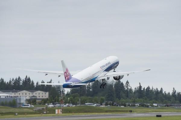 華航一架桃園飛往泰國曼谷的班機,因為機上3名日本乘客酒醉大鬧,導致原機返航尋求航警協助。(資料照,華航)