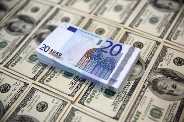 近日歐元區公布經濟數據,包括德國、義大利都高於預期,使得歐元應聲上漲,美元則受到稅改進度影響,美元指數下跌0.6%。(路透)