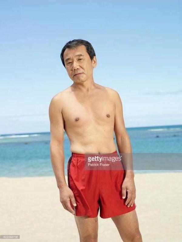 脸书上近日留传了一组村上春树的照片,村上本人穿著红色小短裤,裸著上半身摆出各种「POSE」。(图撷取自脸书)