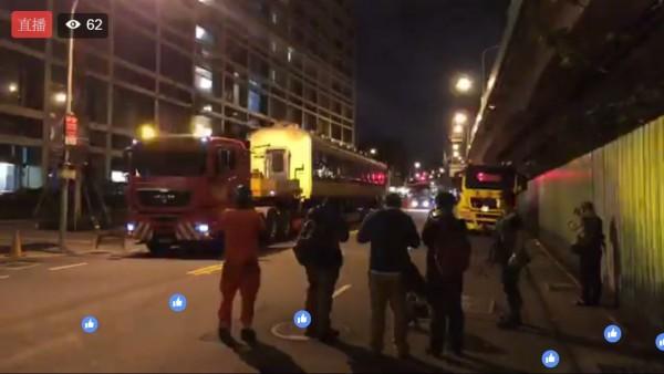 今凌晨2節583系車廂運抵台北機廠,有部分鐵道迷到場。(圖擷自《台灣鐵道路透社》臉書)