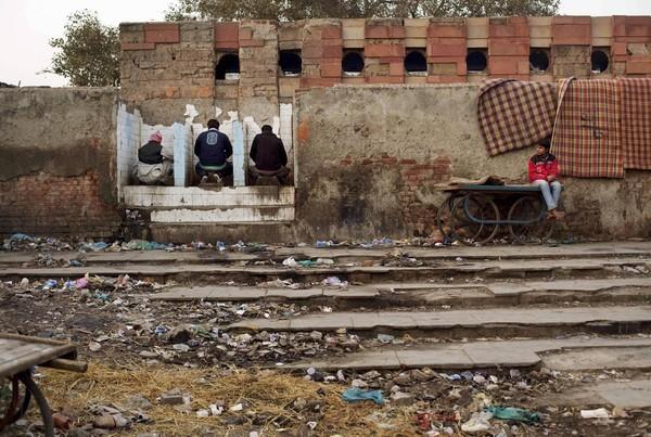 印度公共設施不足,大多印度人選擇露天便溺。美媒指出,印度的「廁所商機」將在2021年上看620億美元。(資料照,美聯社)