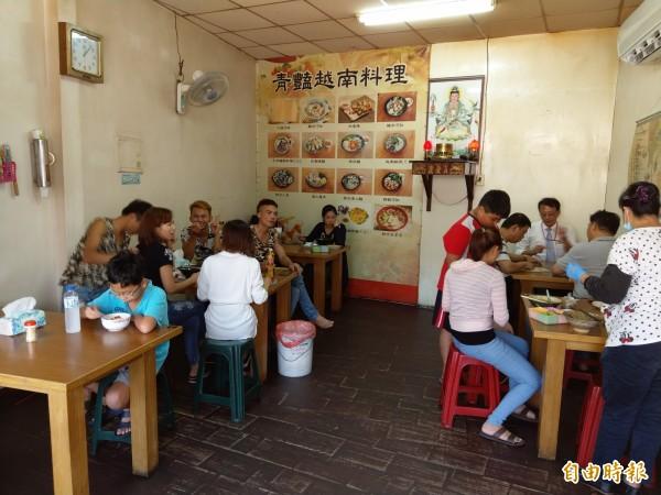這間店簡單、素樸的個性,坐在用餐區後,只見老闆娘就在旁邊的廚房忙進忙出,料理道地的越南菜。(記者蔡政珉攝)