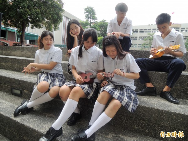 95學年度夏季上衣下擺改為外放式,女生不再配戴領結,呈現學院風。(記者劉婉君攝)