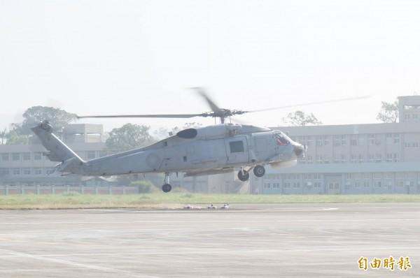 2016年底中國中國遼寧號航艦出第一島鍊時,與我方偵測機有短暫接觸。圖為S-70C反潛直升機。(資料照,記者涂鉅旻攝)