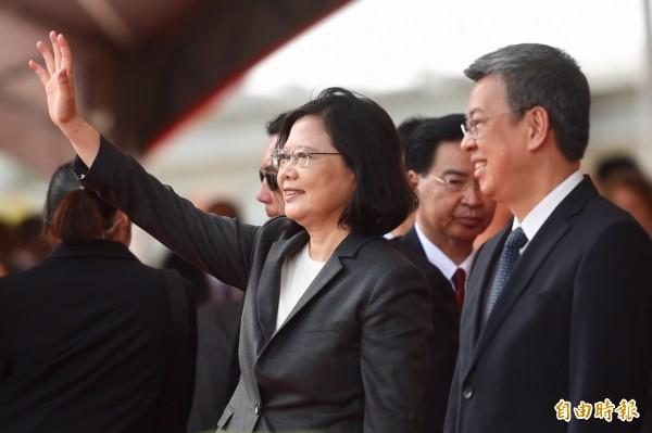 國慶典禮10日於總統府前廣場舉行,總統蔡英文(左)、副總統陳建仁(右)向現場民眾揮手致意。(記者羅沛德攝)