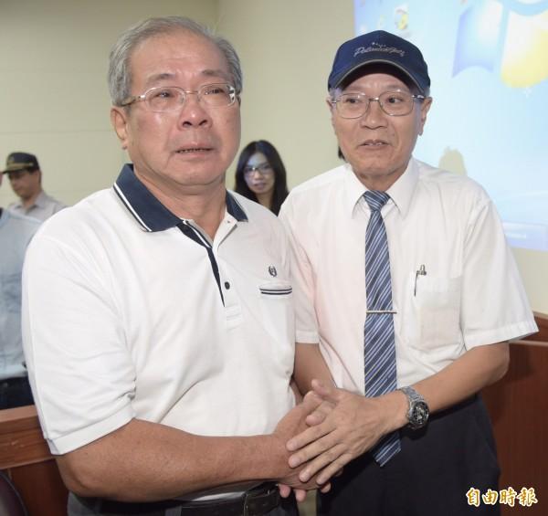 前新竹地檢署主任檢察官彭南雄(圖右)也到場旁聽,蘇炳坤(圖左)在法官裁准再審後,哽咽向他致謝。(記者黃耀徵攝)