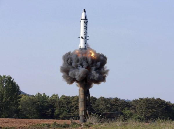 北韓棄核只承諾棄核試驗場,日媒指沒有多大意義。圖為北韓曾經發射的「Pukguksong-2」核彈。(美聯)