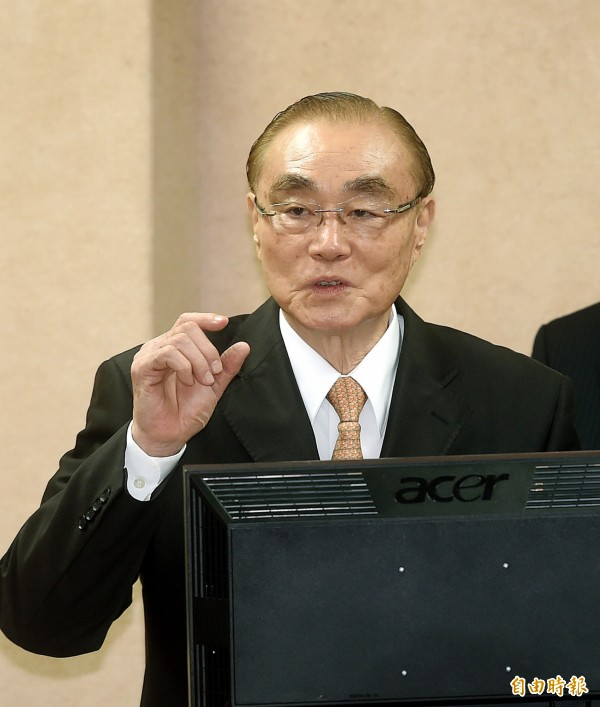 立法院外交及國防委員會22日開會,國防部長馮世寬一早因前往總統府開會而晚到立法院。(記者方賓照攝)