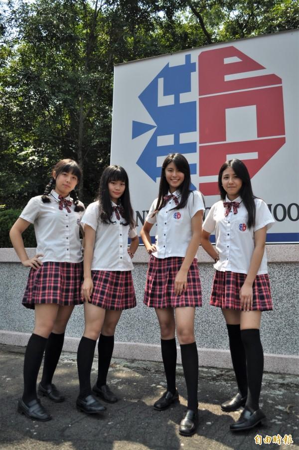 榮獲北部「人氣制服星」的黃靖雅(右二)說,膝上10公分的裙子長度,讓女學生雙腿更修長。(記者周敏鴻攝)