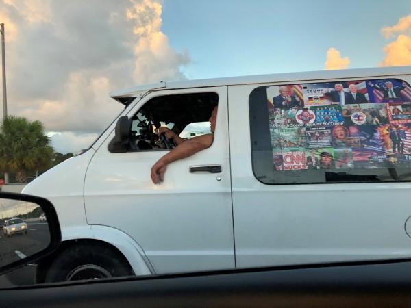 聯邦調查局(FBI)查獲一輛屬於薩尤科的白色廂型車,車上貼滿支持川普的海報、「CNN真爛」(CNN SUCKS),以及民主黨政治人物的臉上被畫上十字瞄準線的照片。(路透)