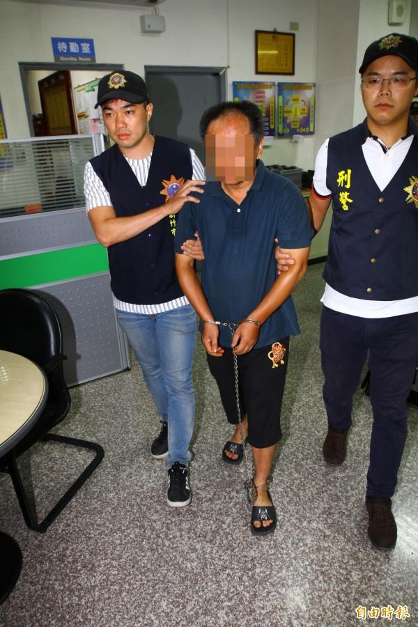 行兇的蔡男傍晚攜槍前往新竹市警三分局中華派出所投案。(記者王駿杰攝)