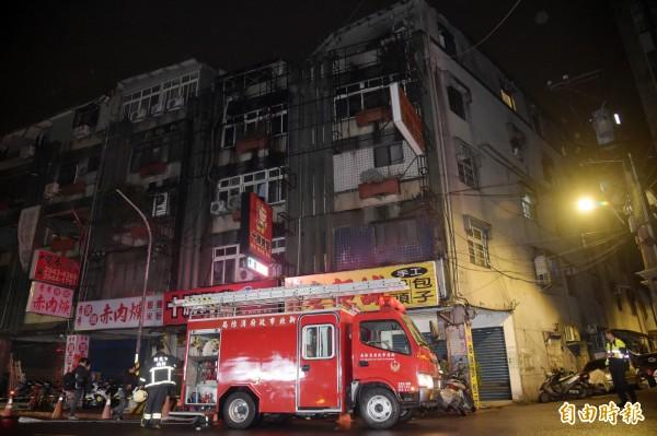 新北市中和一棟公寓出租套房22日晚間發生火警釀9死2傷,消防人員23日凌晨持續注意案發現場情形。(記者黃耀徵攝)
