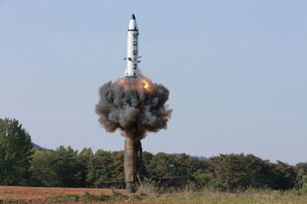 北韓放話攻擊關島,關島國土安全部與民防辦公室在臉書上,向當地居民宣傳核武攻擊避難手冊。圖為北韓試射飛彈。(路透)