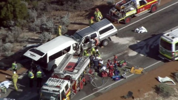 澳洲一台小巴日前发生车祸,目前已造成3人死亡,死者包括1名台湾人。(图撷自The West Australian)