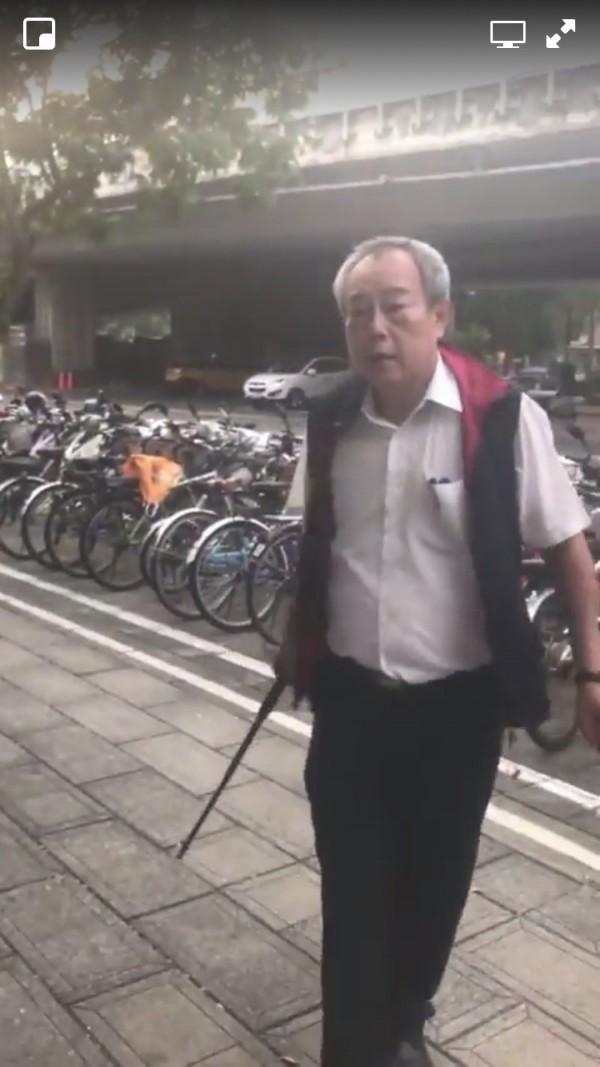 持甩棍的統派人士,竟公然毆打學生,讓中國新歌聲演唱會染血。(擷自李柏璋所提供之影片)