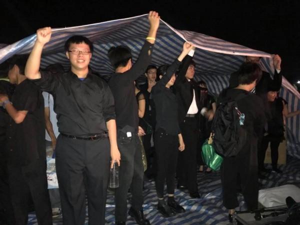 國慶音樂會找來許多資歷顯赫的音樂家出場演奏,卻要他們受日曬雨淋。(圖擷自馮楚軒臉書)