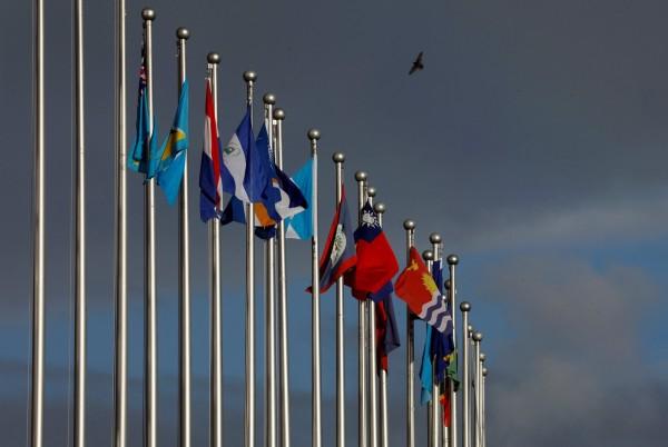 《路透》認為,台灣與美國近期的外交發展,已經超越過去雙方的長期關係,並且與印度、澳洲、新加坡的關係也有明顯進展。圖為台灣與各邦交國的國旗。(路透資料照)