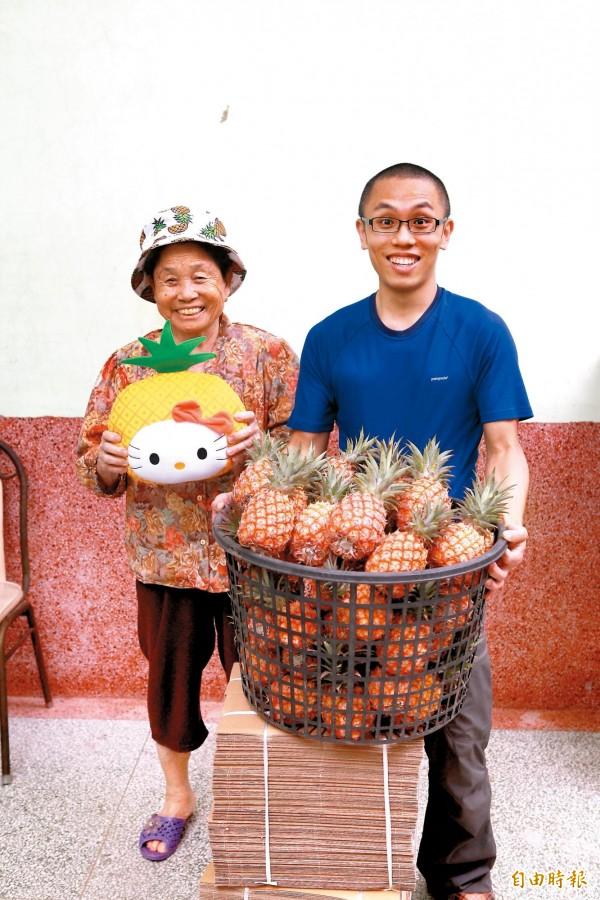 鳳梨阿嬤(左)與孫子鳳梨王子(右)是一對逗趣的活寶祖孫。(資料照,記者潘自強攝)