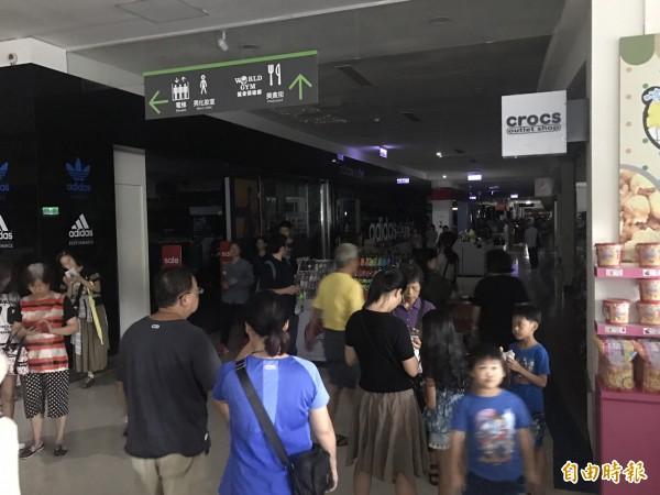 15日下午全台大跳電,新店家樂福也停電。(記者黃耀徵攝)