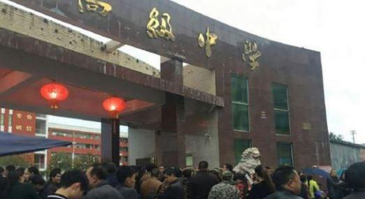 中國湖北來鳳縣高級中學,有位高二學生持刀砍傷老師,該名學生隨後被教師們圍毆致死。(圖擷自《中國青年網》)