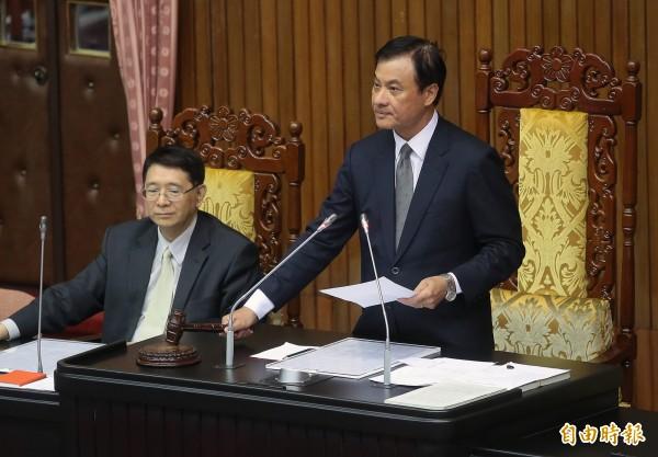 立法院院長蘇嘉全(右)5日敲下議事槌,宣布促進轉型正義條例草案三讀通過。(記者朱沛雄攝)