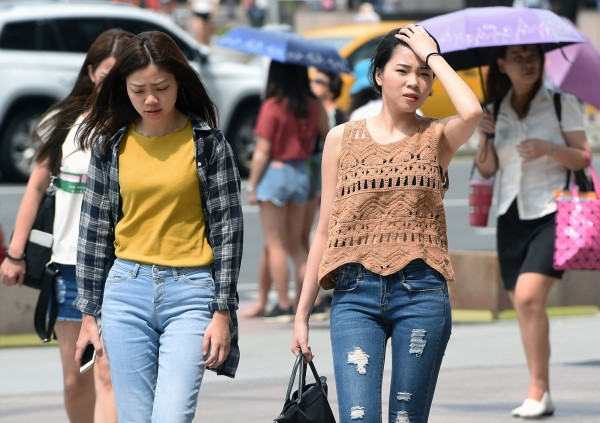 明天中午前後,雙北、桃竹苗、宜花地區有可能發生連續36度高溫,出門在外記得多喝水,慎防熱傷害。(資料照)