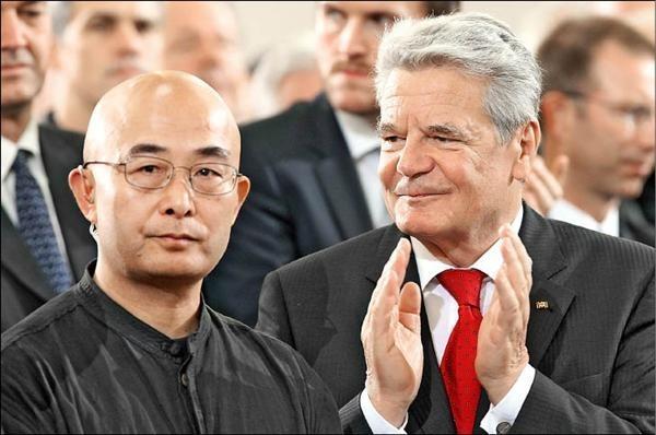中國流亡異議作家廖亦武(左)獲頒2018年「不畏迫害作家獎」。圖為廖亦武在2012年獲得「德國書商和平獎」肯定時,時任德國總統高克(右)站於一旁為其鼓掌。(法新社資料照)