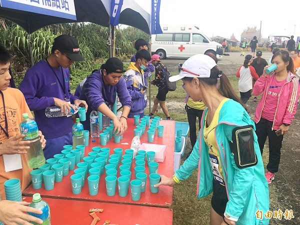 "Organizers fill reusable ""Ucups"" at a fluids station during a running event in New Taipei City on Sunday. Photo courtesy of New Taipei City Environmental Protection Department"