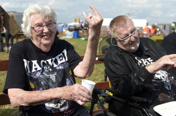 瓦肯音樂節每年都會吸引許多重金屬、搖滾樂迷到場共襄盛舉。圖為2013年的瓦肯音樂節上出現一名90歲超資深樂迷,不畏身體衰老,也要到場支持。(法新社)
